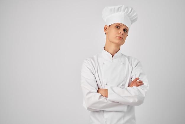 シェフの服のプロのキッチンワークの男