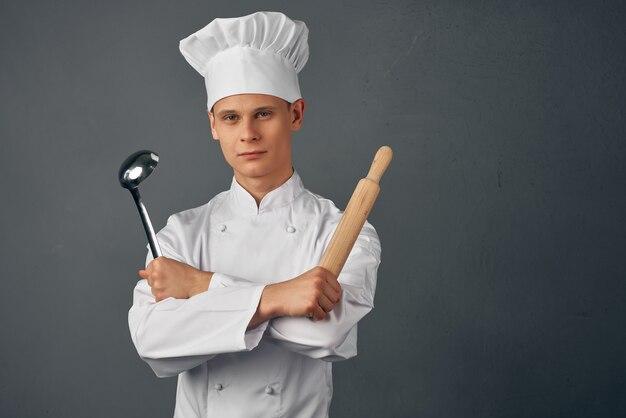 手でシェフの制服フライパンの男料理孤立した背景