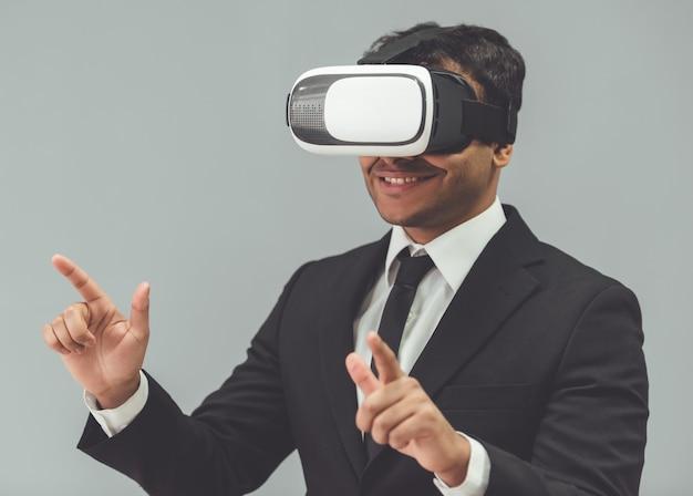 古典的なスーツを着た男は、仮想現実を使用しています