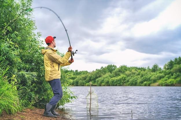 湖でのコート釣りの男
