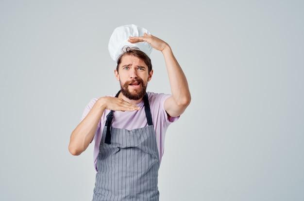 Человек в униформе поваров в ресторане готовит профессиональную работу