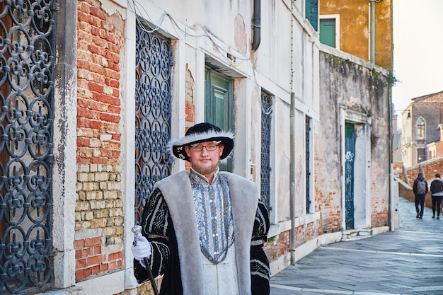 ヴェネツィアのカーニバルで衣装を着た男