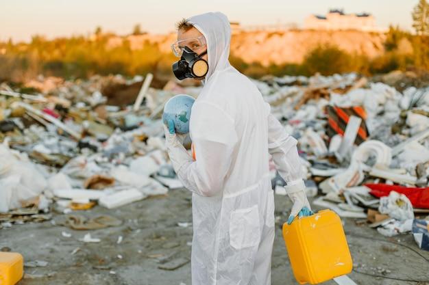 研究をしているゴミ箱のつなぎ服の男