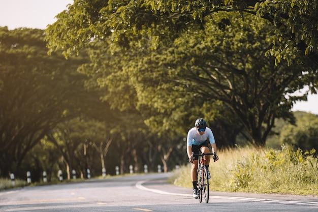 자전거를 타는 자전거 옷을 입은 남자