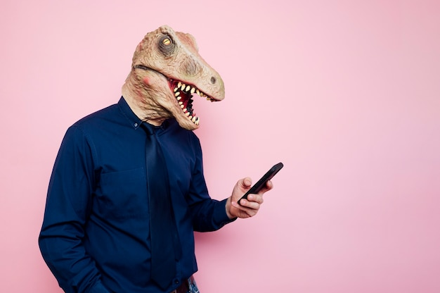 スマートフォンを使用して恐竜マスクの男
