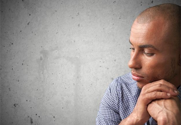 Человек в эмоциональном стрессе, взявшись за руки на подбородке, изолированном на белом