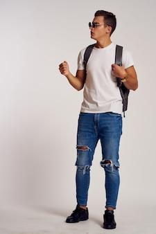 현대적인 스타일의 안경을 쓰고 배낭을 메고 세련된 옷을 입은 남자