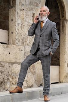 Человек в формальной одежде разговаривает по телефону