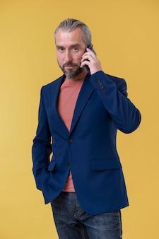 電話で話しているフォーマルな服を着た男
