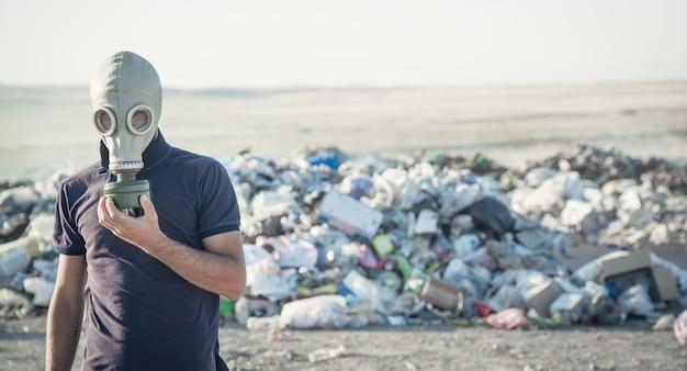 Человек в противогазе на открытом воздухе. остановить загрязнение окружающей среды