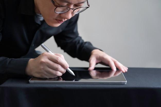 디지털 태블릿, 건축 또는 엔지니어 태블릿 화면, 스마트 디지털 화면 기술 개념에 드로잉 디자인 디지털 펜을 사용 하여 안경에 남자