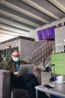 Человек в очках работает на своем компьютере