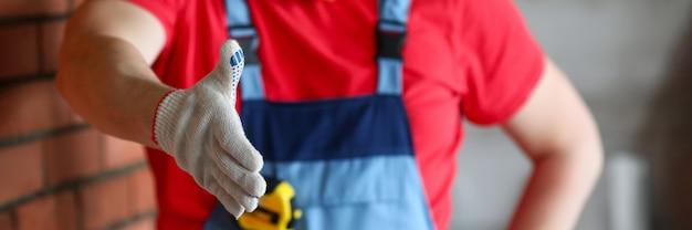 Человек в перчатках и жилетах рукопожатие крупным планом