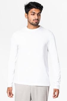 디자인 공간 캐주얼 의류가 있는 회색 기본 스웨터를 입은 남자