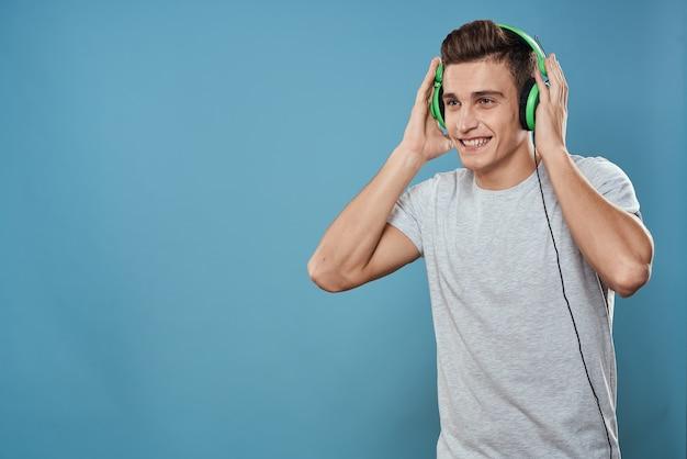 녹색 헤드폰에서 음악 엔터테인먼트를 듣는 남자