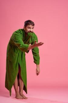 녹색 가운에 남자 핑크 배경 라이프 스타일 레저