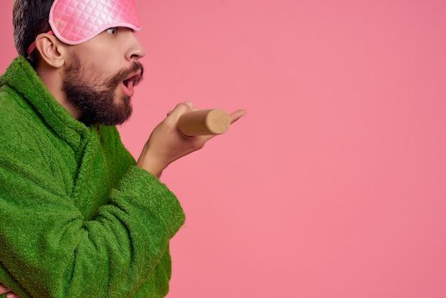 녹색 가운 핑크 배경 라이프 스타일 레저 남자