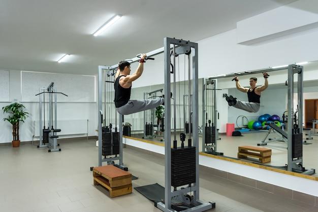 크로스바에 몇 가지 연습을 하 고 체육관에서 남자