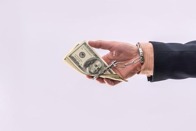 절연 달러 지폐를 들고 수 갑에 남자를 닫습니다. 체포