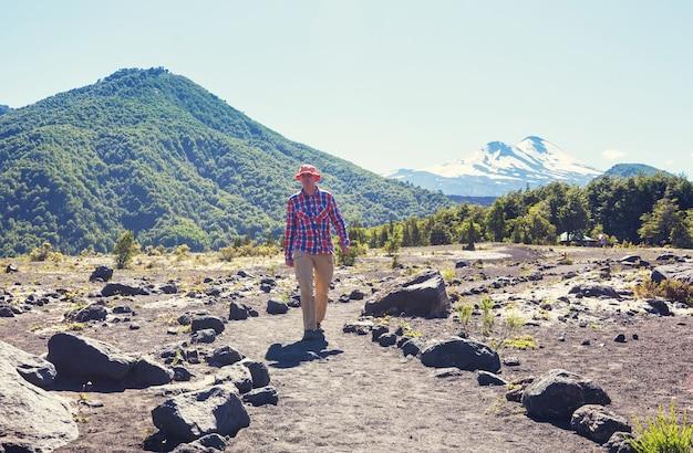 南米チリの火山地域 (アラウカニア) でハイキング中の男性