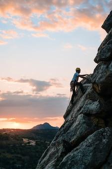 해질녘에 산을 오르는 30대 남성