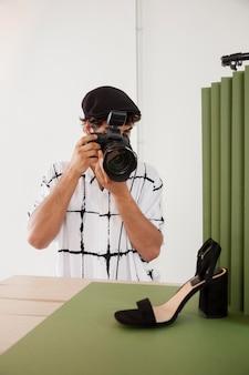 그의 전문 사진 스튜디오에서 남자
