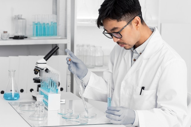 顕微鏡で作業している研究室の男