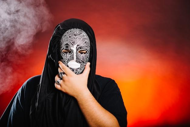 ハロウィーンのマスクの男