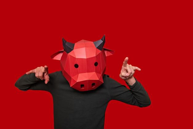 Человек в маске быка на голове