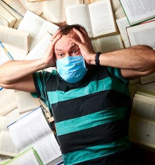 紙の本がたくさんある医療マスクの男