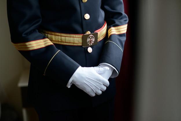 スペインの市民警備隊のドレスと手袋でミディアムショットの男