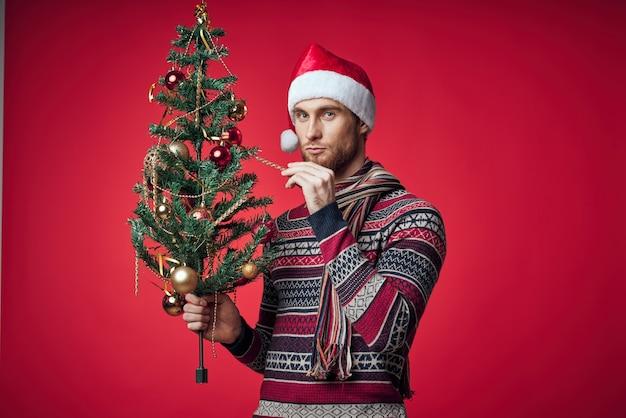 새해 옷을 입은 남자 크리스마스 트리 감정 휴일 장식