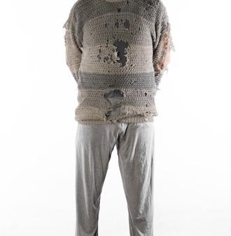 흰색 배경에 고립 된 오래 된 찢어진 옷을 입은 남자