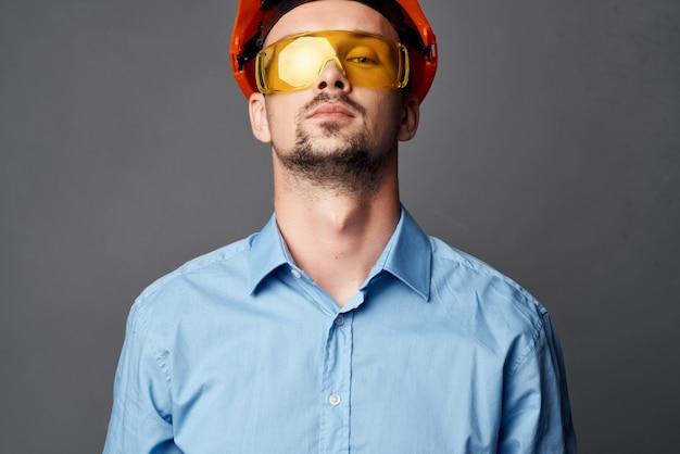 주황색 안전모 노란색 안경을 쓴 남자 건설 안전 작업