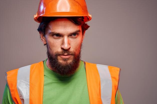 オレンジ色のペンキ建設セキュリティ専門家の男