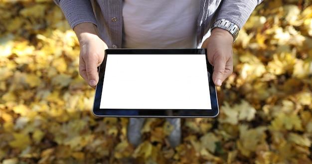 공원에서 남자 빈 화면이 디지털 태블릿 pc를 개최