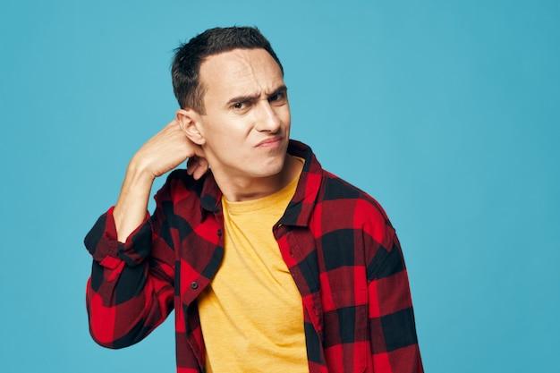 Человек в клетчатой рубашке эмоциями недоволен выражением лица синем фоне