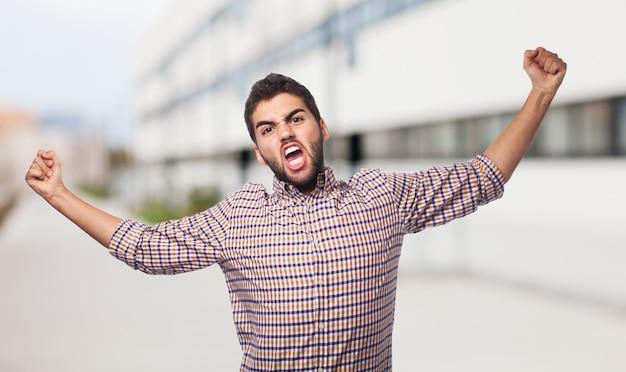 분노를 나타내는 격자 무늬 셔츠에 남자가있다.