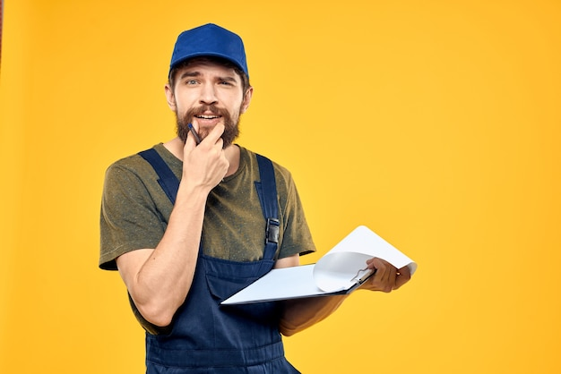 Человек в желтой униформе профессиональных услуг