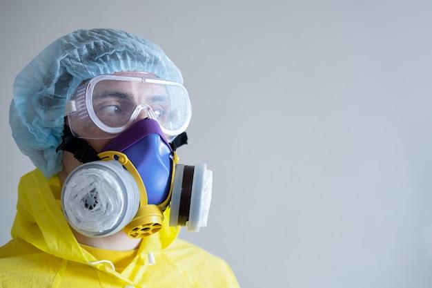 防護マスクと眼鏡の男、コピースペース。医療関係者、科学者、または医療機器のmd、covid-19の概念、ウイルス、流行、ワクチン開発