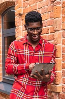 디지털 태블릿을 사용하는 빨간색 셔츠에 남자