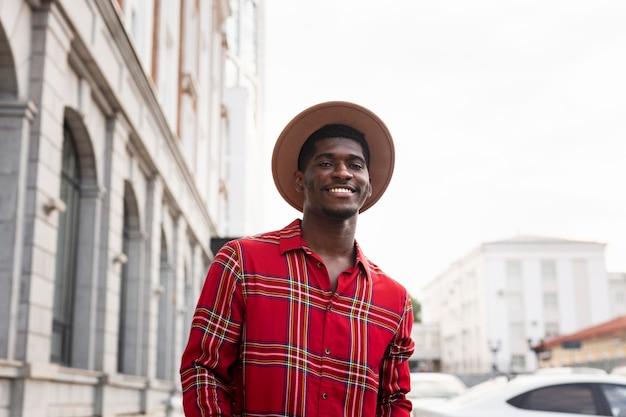 Человек в красной рубашке гуляет по улицам с низким видом