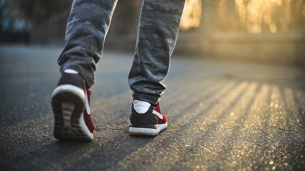 빨간색 스포츠 운동화를 입은 남자가 화창한 날에 길을 걷고 있습니다.