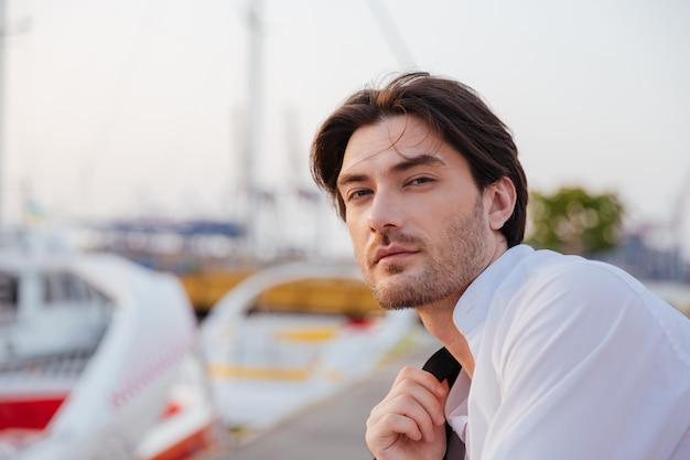 Мужчина в рубашке. крупным планом портрет в порту