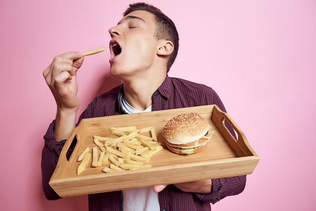 ハンバーガースナックレストランを食べるシャツの男