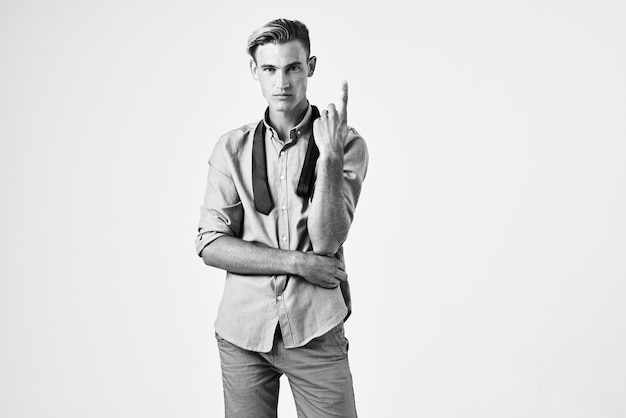 Человек в рубашке модная прическа уверенность в себе позирует