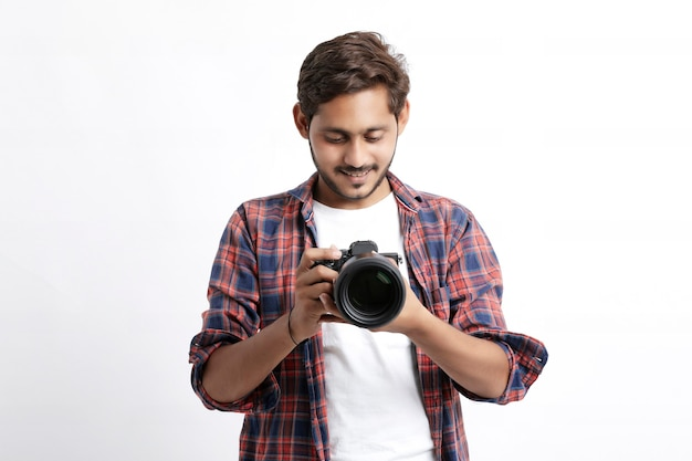 Человек в рубашке с профессиональной камерой