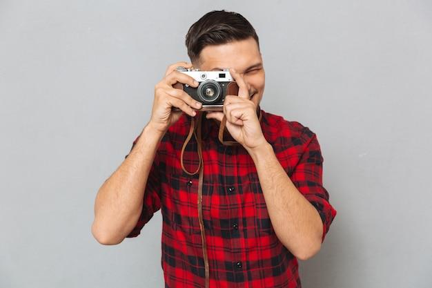 레트로 카메라에 사진을 만드는 셔츠 남자
