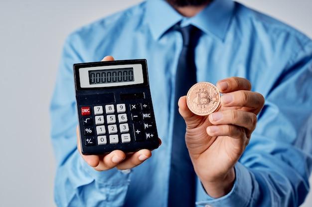 ネクタイ計算機暗号通貨金融投資とシャツの男