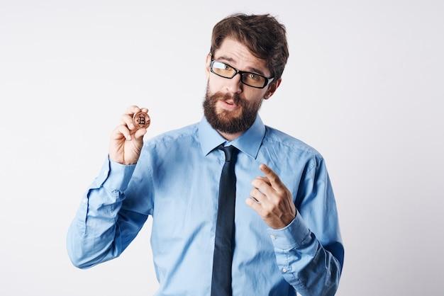 넥타이 감정 암호 화폐 bitcoin 전자 화폐 투자와 셔츠에 남자